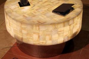 Mesa redonda de onix  con base de inox  - Dimensiones: 60 x 40 cm - Iluminación bajo consumo incluida