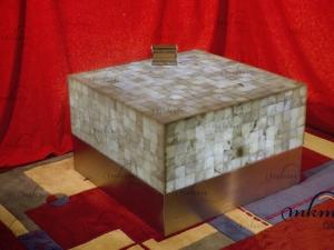 Mesa cuadrada de onix con cenefa de inox - Dimensiones: 80 x 80 x 45 cm - Iluminación bajo consumo incluida