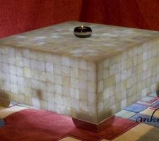 Mesa cuadrada de Onix con patas cromadas  - Dimensiones: 70 x 70 x 35 cm - Iluminación bajo consumo incluida