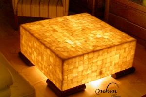 Mesa cuadrada de onix con patas de madera - Dimensiones: 80 x 80 x 35 cm - Iluminación bajo consumo incluida