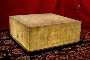 Mesa cuadrada de onix con base de madera - Dimensiones: 80 x 80 x 35 cm - Iluminación bajo consumo incluida