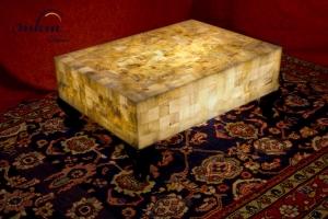 Mesa rectangular de onix con patas de madera - Dimensiones: 80 x 60 x 35 cm - Iluminación bajo consumo incluida