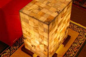 Mesa de esquina rectangular de Onix con patas de madera - Dimensiones: 40 x 30 x 55 cm - Iluminación bajo consumo incluida.