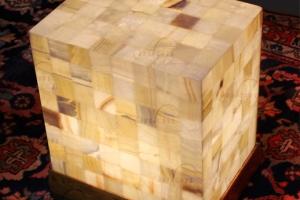 Mesa de esquina rectangular de Onix con patas de madera - Dimensiones: 40 x 30 x 45 cm - Iluminación bajo consumo incluida.