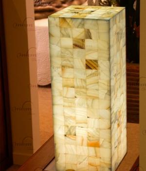 Columnas cuadradas de Onix - Dimensiones: 25 cm x 80 cm - Solicite información sobre la medida que desee. Iluminación bajo consumo incluida