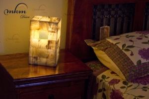 Columna rectangular de Onix - Dimensiones: 10 x 15 x 25 cm - Solicite información sobre la medida que desee. Iluminación bajo consumo incluida