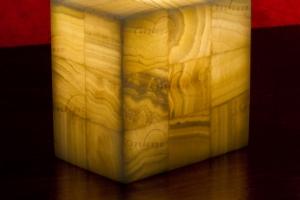 Columna rectangular de Onix - Dimensiones: 10 x 15 x 15 cm - Solicite información sobre la medida que desee. Iluminación bajo consumo incluida