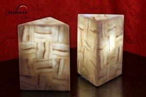 Sobremesas triangulares de Onix - Dimensiones: 15 x 20 cm - Solicite información sobre la medida que desee. Iluminación bajo consumo incluida