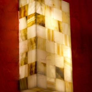 Aplique rectangular de Onix - Dimensiones: 20 x 10 x 40 cm - Solicite información sobre la medida que desee. Iluminación bajo consumo incluida