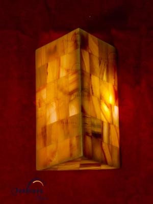 Aplique triangular de Onix - Dimensiones: 20 x 30 cm - Solicite información sobre la medida que desee. Iluminación bajo consumo incluida